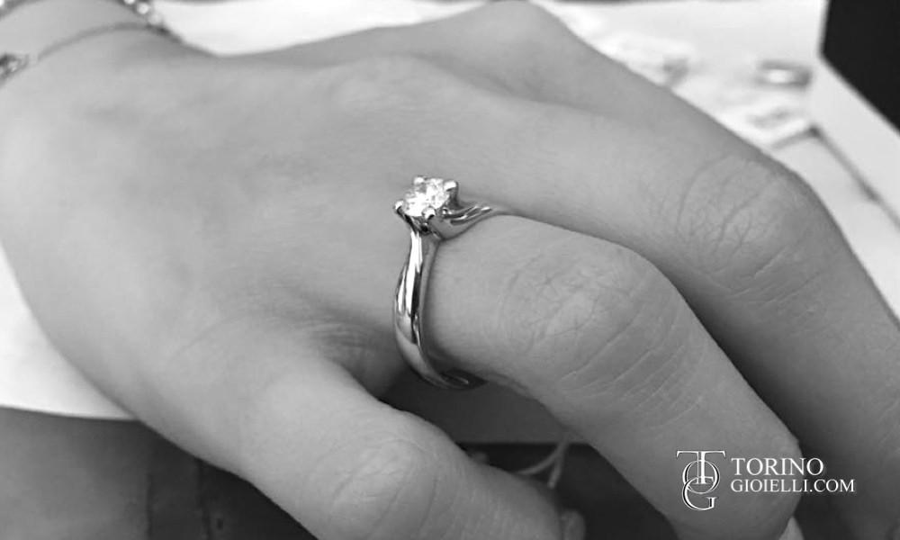 Dichiara il tuo amore con un anello solitario modello Valentino, la montatura Valentino è tra le più classiche e ricercate montature di anelli solitario.