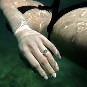 anello di fidanzamento al mare