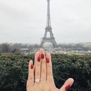 anello di fidanzamento indossato a Parigi