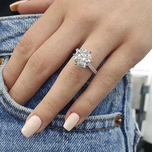 anello di fidanzamento indossato