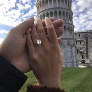 anello di fidanzamento e Torre di Pisa